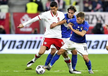 epa08736457 Robert Lewandowski (L) of Poland in action against Federico Chiesa (C) and Nicolo Barella (R) of Italy during the UEFA Nations League soccer match between Poland and Italy, Gdansk, Poland, 11 October 2020.  EPA/Adam Warzawa POLAND OUT