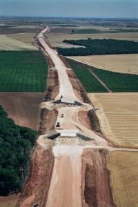 Vista área de la construcción de un obra lineal.