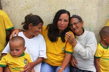 Ao lado esquerdo a mãe Elza com um dos netos no colo, ao lado direito Juci recebe o carinho da avó.