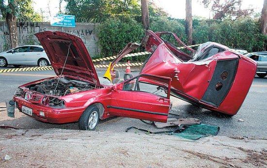 carro destruído e motorista ferido levemente