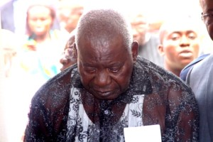Eteng intensely looks at his late wife in the grave, for the last time before the grave is sealed.