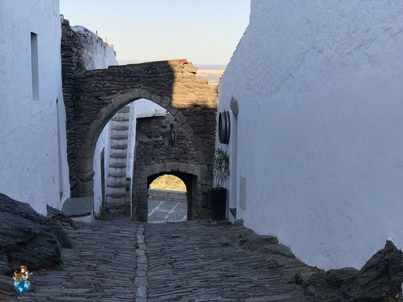 Porta Buraco y Antigua cisterna de Monsaraz