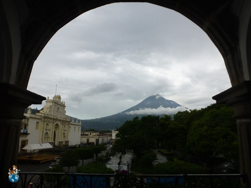 Vista del Volcán de Agua desde el edificio del Ayuntamiento de Antigua