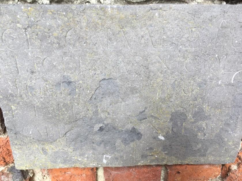 Plaque sous l'autel avec les fondateurs (difficilement lisible)