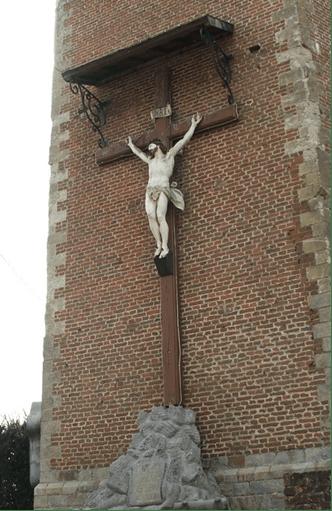 Calvaire adossé au mur de l'église.