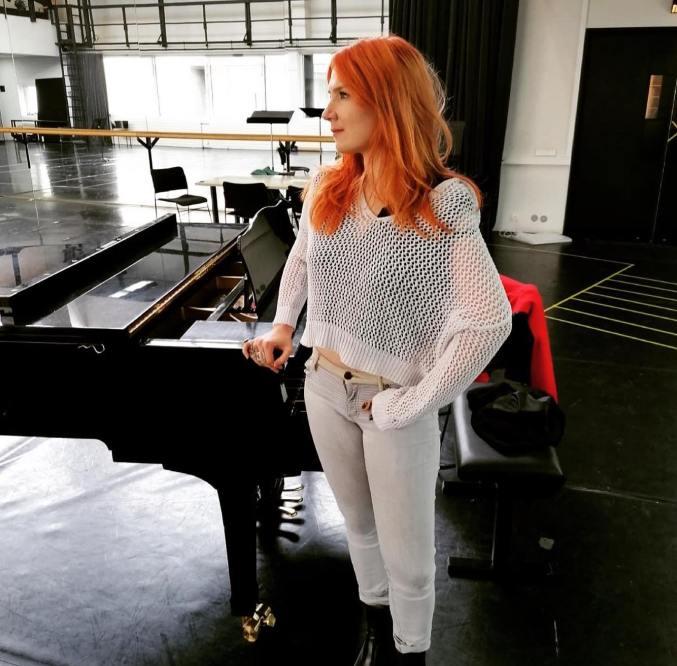 Sabrina chanteuse sur scène