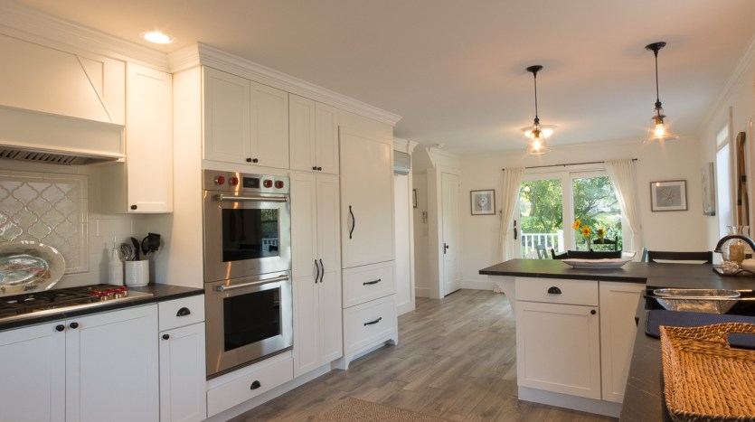Open kitchen into dining room