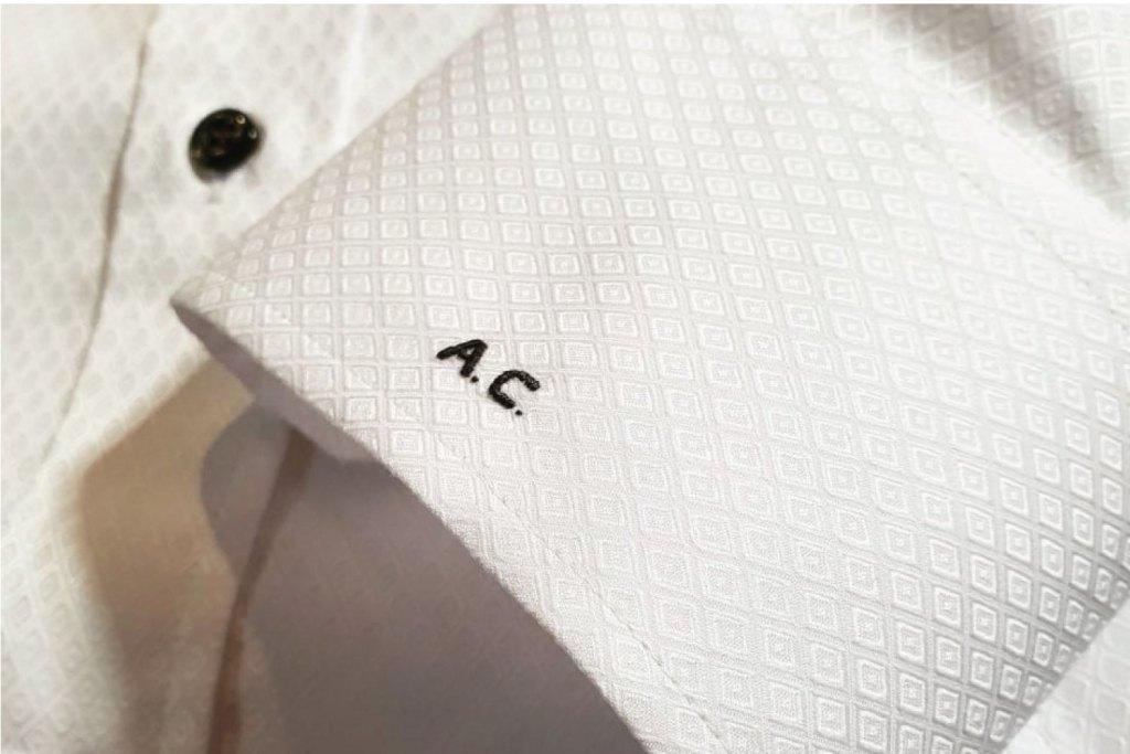 personalizzazione iniziali polsino camicia bianca