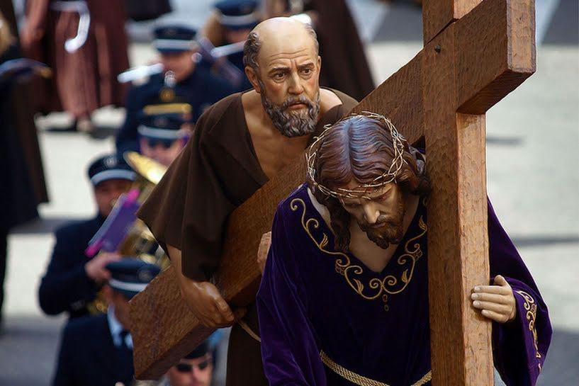 Resultado de imagem para cirineu ajuda jesus a carregar a cruz