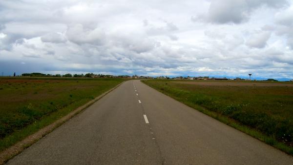 The flat, road-hugging Camino going toward Mazarife