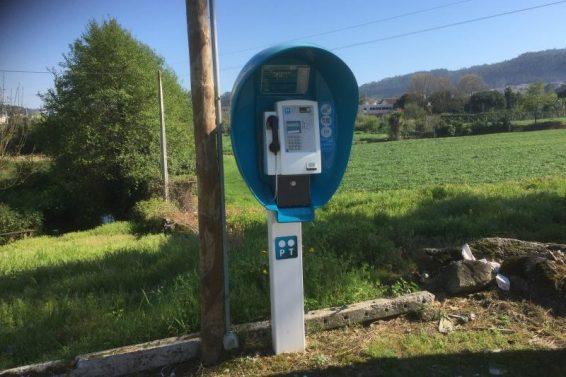 Hold da op - der findes stadig telefonbokse - fra en mindre by på vejen
