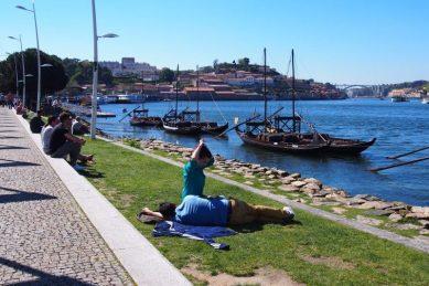 Folk nyder det gode vejr langs Douro-floden