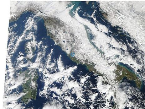 Ecco come si presentava l'Italia dal satellite la mattina dell'8 febbraio 2012.