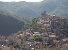 Licenza pittoresco borgo a dominio della Valle Ustica, solcata dal torrente Licenza affluente dell'Aniene presso Mandela