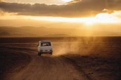 Ein Camper fährt durch die Wüste