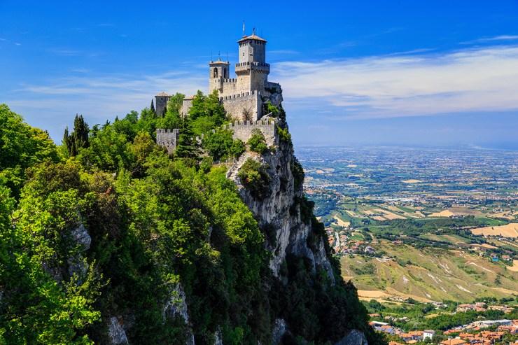 Blick aus der Ferne auf die Altstadt und Festung San Marinos sowie auf die adriatische Küste.