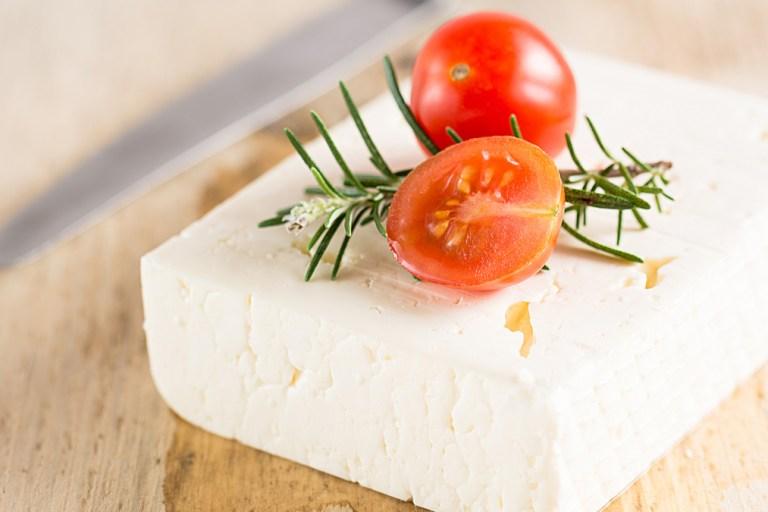 Feta-Tomaten-Knoblauch-Päckchen vom Grill, der Star des Grillabends