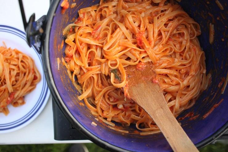 Die One-Pot-Pasta regelmäßig umrühren, damit nichts anbrennt.