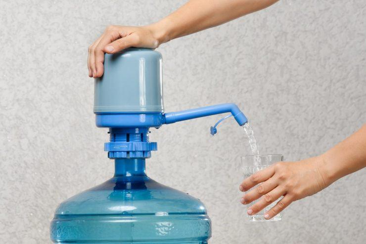 Großer Trinkwassercontainer mit Handpumpe.