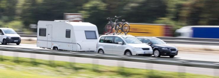 Mit dem gebrauchten Fahrzeug und dem Wohnwagen in den Campingurlaub.