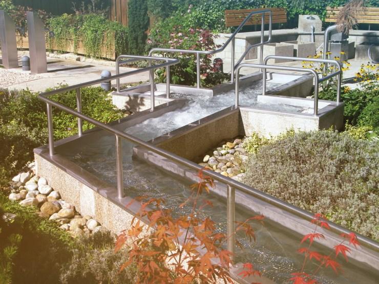 Eine Wassertretanlage nach der Philosophie Kneipps.