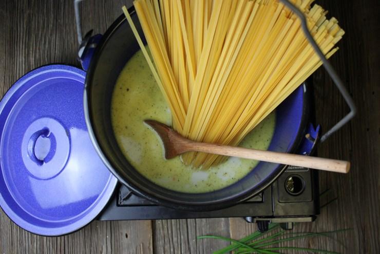 Ein Kochtopf mit Pasta und Sauce.