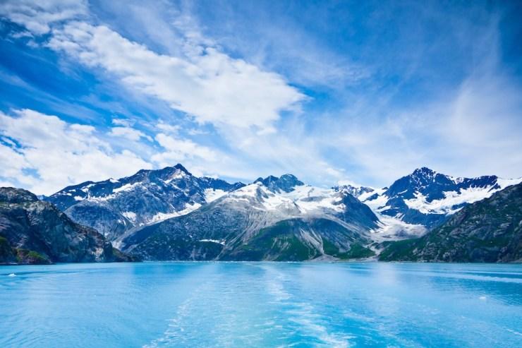 Bergketten und Gewässer im Glacier Bay Nationalpark.
