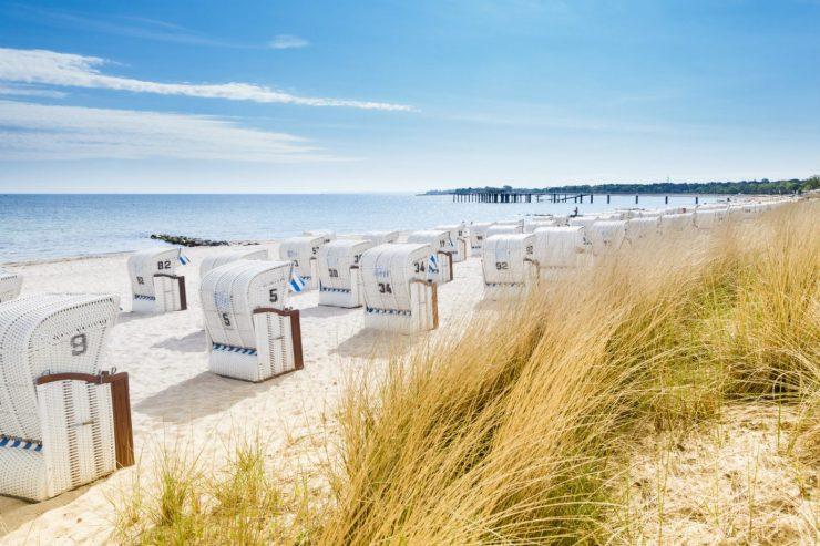 Strandkörbe auf einem Sandstrand an der Ostsee