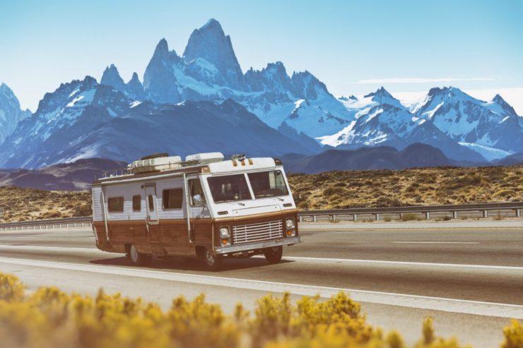 Ein Retrocamper vor den Bergen Argentiniens