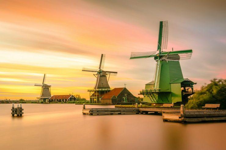 Windmühlen am Wasser in den Niederlanden