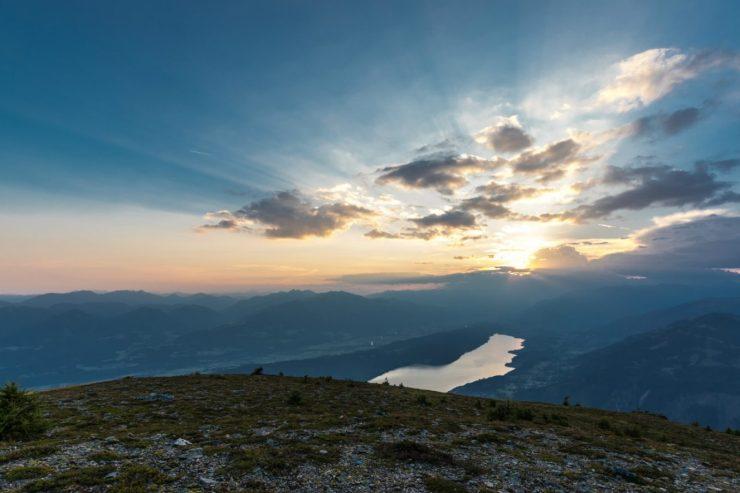 Der Millstätter See in Österreich aus der Vogelperspektive