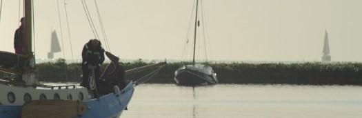 Urlaub auf einem Segelboot. Du hast das Ruder in der Hand. Reisen auf dem Wasser
