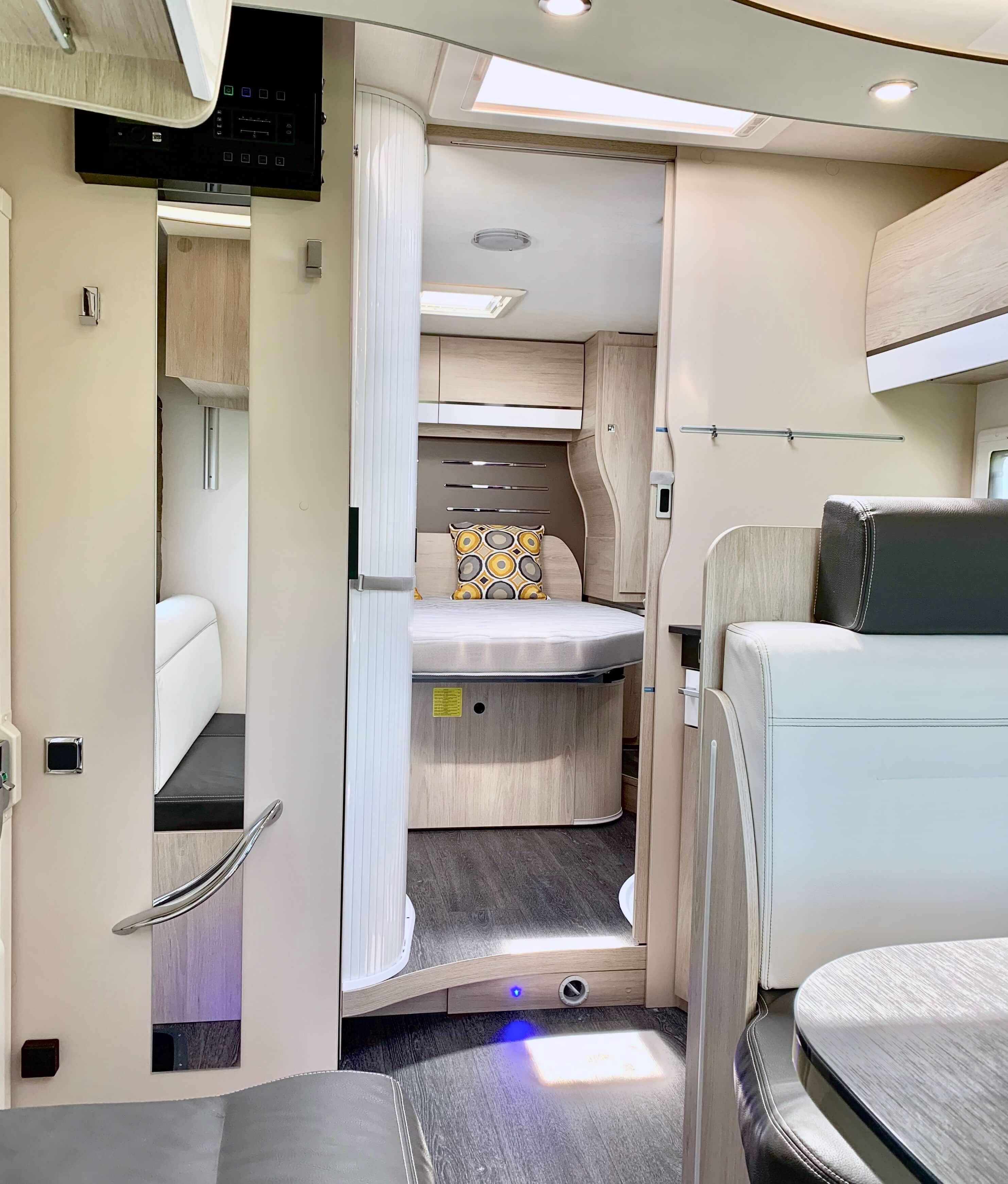 Binnenzijde Chausson 718 XLB VIP te koop bij Campers Noord