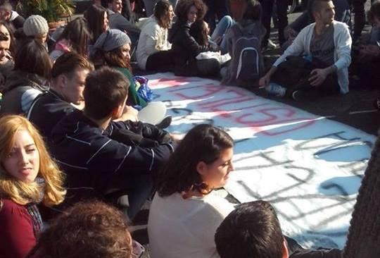 Pozzuoli, studenti manifestano e inscenano un sit-in di protesta, in cinque fermati e identificati