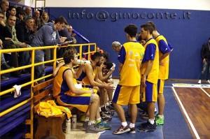 La panchina gialloblù durante un time out