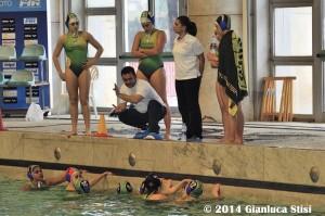 Il tecnico Fabrizio Rossi che da direttive di gioco nella piscina del Foro Italico