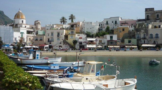 Forio d'Ischia, smaltimento rifiuti e sversamento in mare sequestrato un albergo