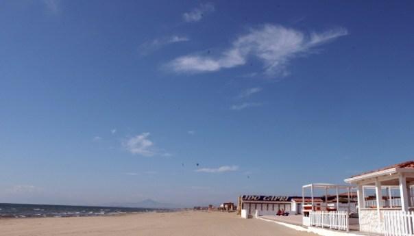 Licola, spiaggia dissequestrata, da stamane pulizia dell'intero arenile