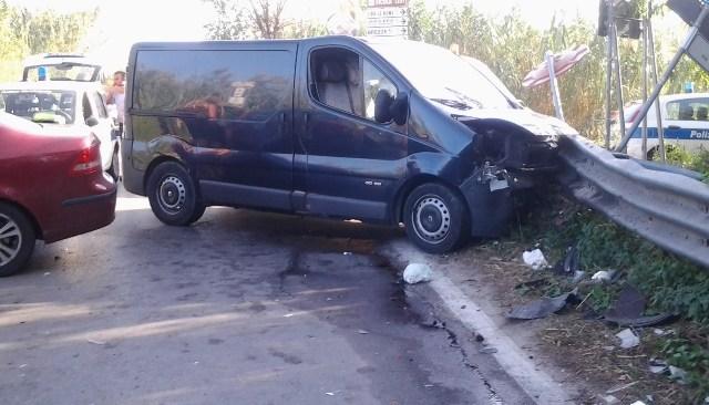 LAGO PATRIA/ Spaventoso incidente sulla Domitiana tra un auto e un furgone, persona soccorsa da un'ambulanza