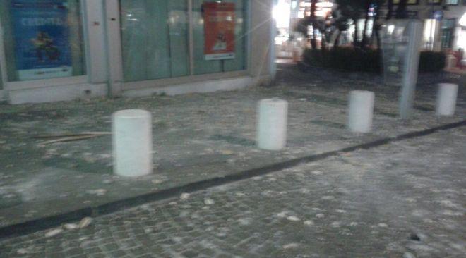 Crollo in pieno centro storico di calcinacci. Un uomo ferito