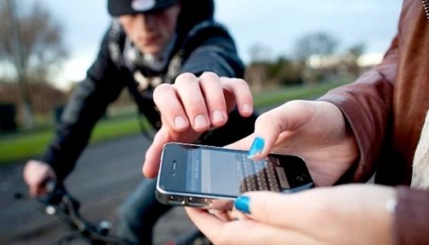 Tenta di strangolare una ragazzina per rubargli il cellulare: arrestato!