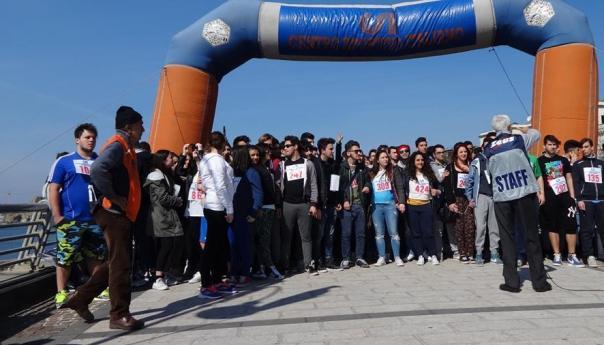 Passeggiata della solidarietà per trecento studenti di quattro istituti puteolani