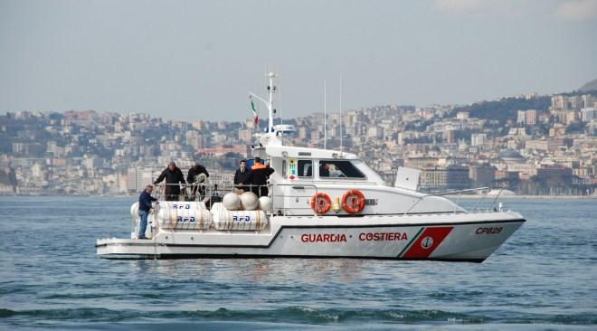 Soffione sottomarino al centro del golfo di Napoli, la causa è una condotta fognaria