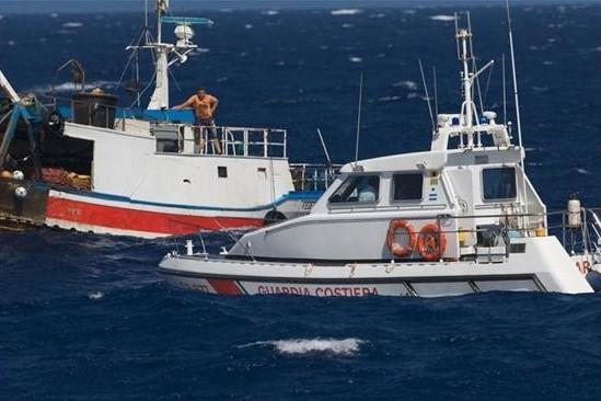 Peschereccio in avaria, evitato l'affondamento, salvo l'equipaggio