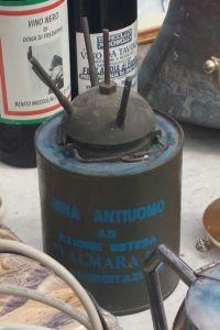 La mina antiuomo tra gli oggetti in vendita al mercatino di Agnano