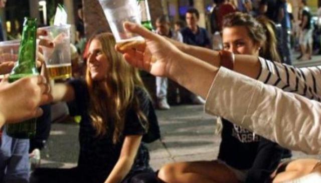 Movida, il sindaco vieta le bevande in bottiglia
