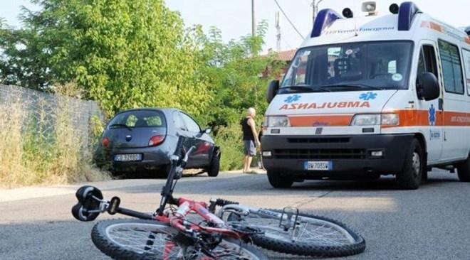 Quarto, in due sulla stessa bici: cedono i freni e si schiantano contro un muro. La ragazza è in codice rosso