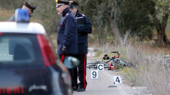 Varcaturo, investe 3 ciclisti e fugge: uno muore. Arrestato in una carrozzeria!|Gallery