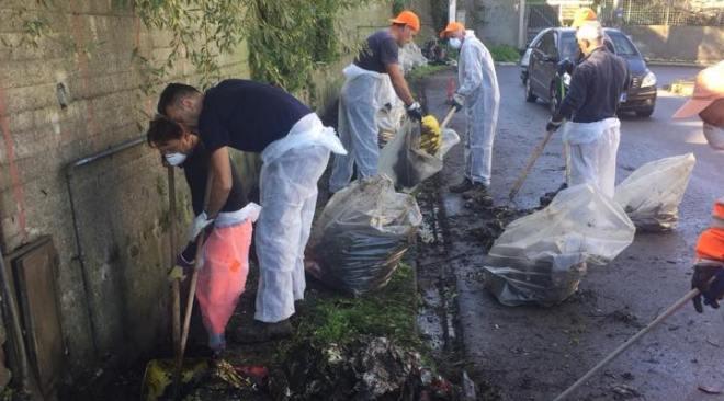 Quarto, iniziata stamani la pulizia dei canali di via Viticella|Gallery