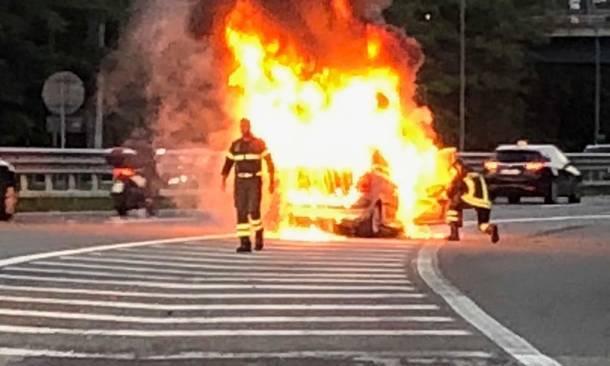Auto in fiamme sulla Statale, la polizia salva un puteolano e il figlio di un anno